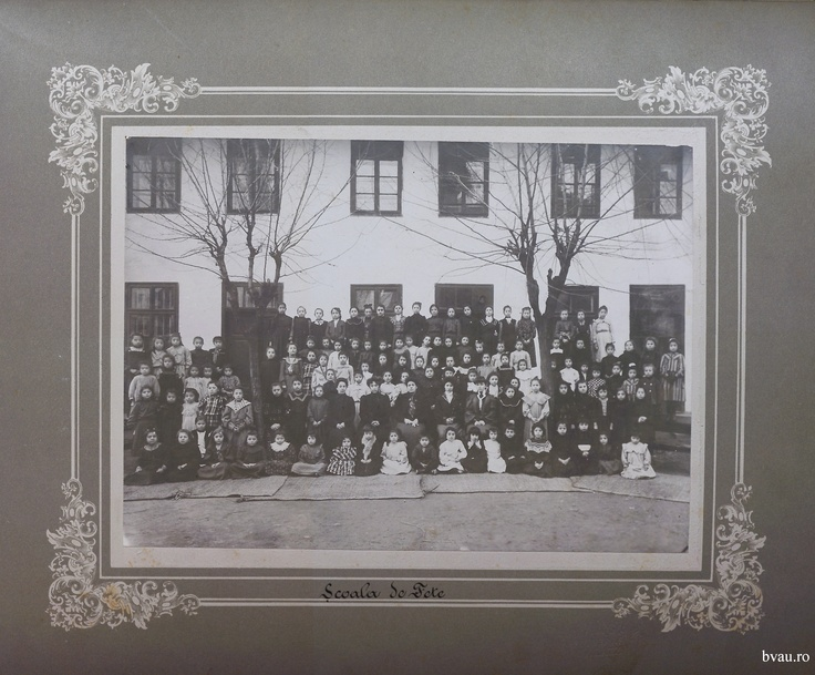 """Şcoala de fete a Comunităţii Elene, Galati, Romania, anul 1906, http://stone.bvau.ro:8282/greenstone/collect/fotograf/index/assoc/Jdir001.dir/Pag01_Scoala_de_fete.jpg.  Imagine din colecţiile Bibliotecii Judeţene """"V.A. Urechia"""" Galaţi."""