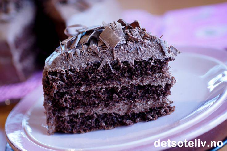 """""""Drømmen"""" er en av svigermors spesialiteter og er elsket av hele familien!!! Kaken består av en lett og luftig sjokoladekakebunn som fylles med en helt spesiell sjokoladekrem som lages med både sjokoladesmørkrem og vaniljekrem. Resultatet blir særdeles bra!"""