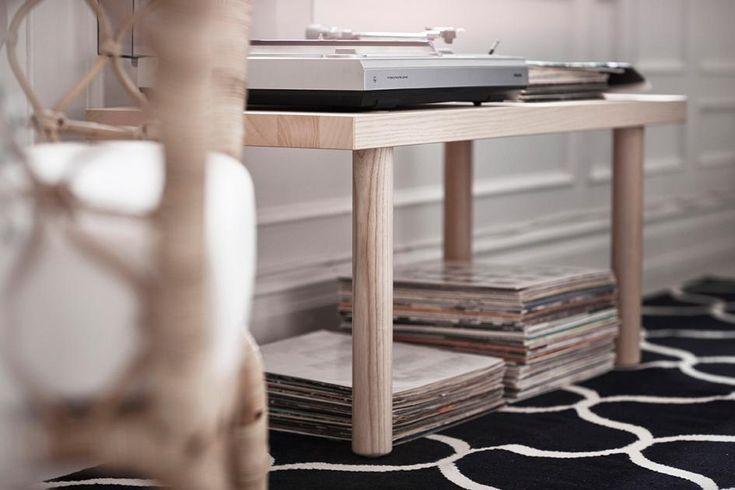 """Vier Beine, eine Platte - fertig! Ikeas neuer """"Stockholm""""-Couchtisch mag nicht mehr scheinen, als er tatsächlich ist. Dabei ist das Möbel enorm vielseitig und tut seinen Job rund ums Sofa, im Flur oder - wie hier - als Zuhause für den Plattenspieler. In zwei Größen, ab ca. 59 Euro."""