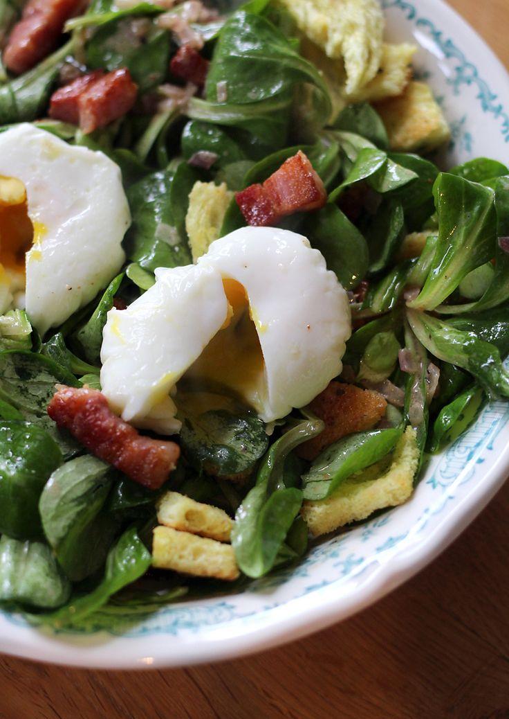 Voor Franse klassiekers kun je ons wakker maken. Neem nu de salade aux lardons: eigenlijk een simpele salade met uitgebakken spekjes, maar door de Franse slag opeens héél speciaal.