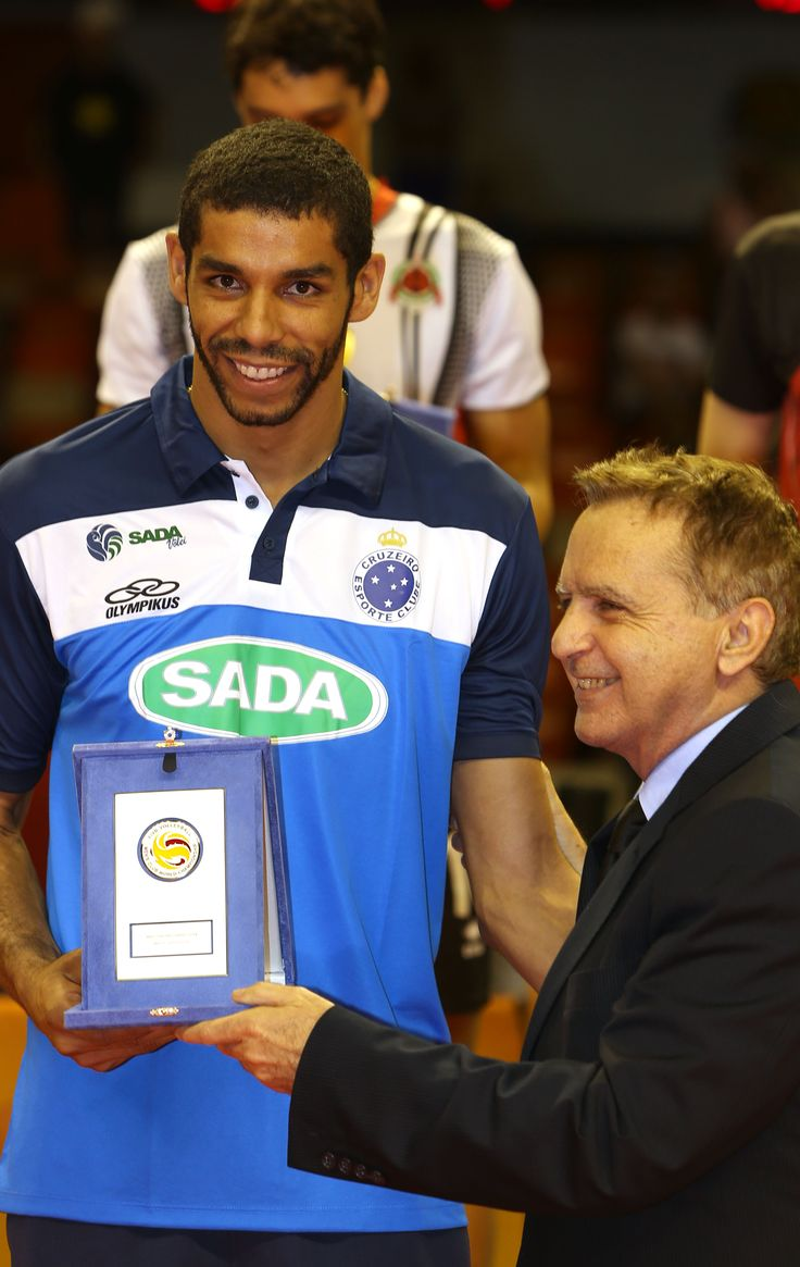 Vittorio Medioli awards Best Opposite Spiker Wallace de Souza of Sada Cruzeiro.