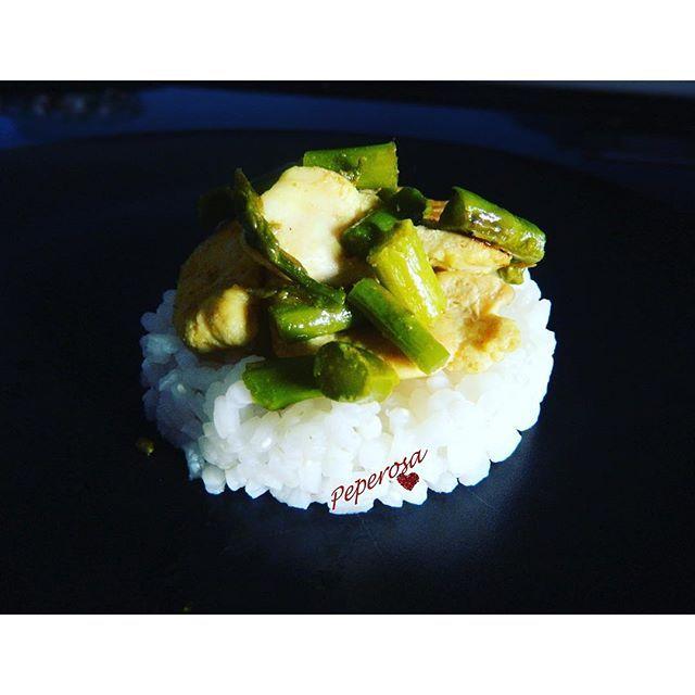 Pollo al curry con gli asparagi Scopri la ricetta su peperosasite.wordpress.comDiscover the recipe on peperosasite.wordpress.com#peperosa #italianfoodbloggers #italianfood#italianfoodblogger#foodporn #easyrecipe #fastrecipe#ricettefacili #ricetteveloci#ricettefacilieveloci #fastandeasyrecipes #risobasmati #polloalcurry #curry #riso #asparagi #rice #asparagus #chicken #chickenwithcurry #chickenwithrice #chickenandasparagus #咖哩雞