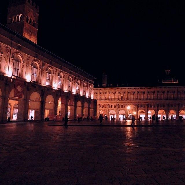 Bologna, Piazza Maggiore in una fredda notte d'autunno - Instagram by jane_birkin