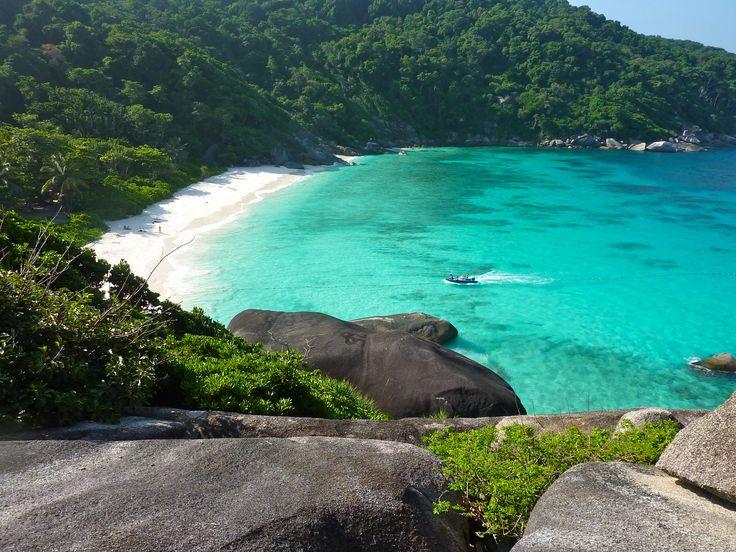 Khao Lak i Thailand ligger lidt nord for Phuket, og her er kilometervis af brede sandstrande, der endnu ikke er overfyldt med solbadende gæster og strandsælgere.