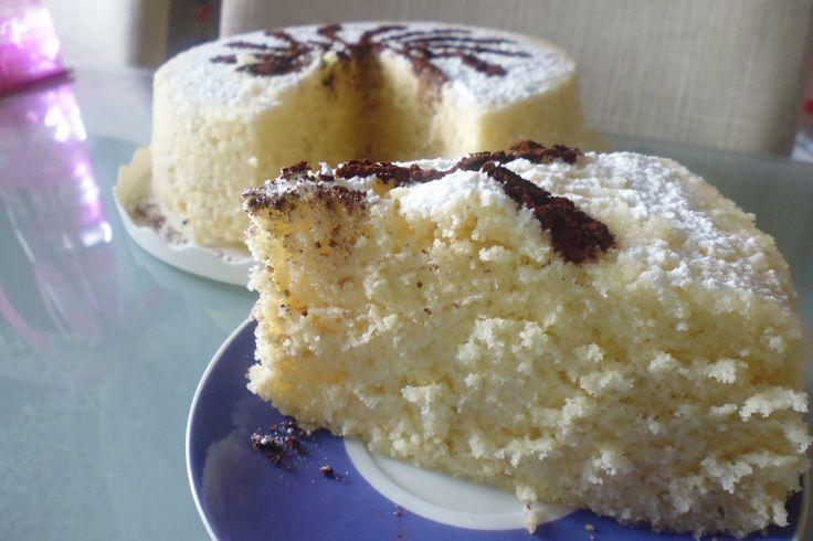 La torta allo yogurt al microonde è un dolce che si prepara in pochissimo tempo e che piacerà a tutti. Ecco la ricetta