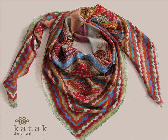 Pañuelo cuadrado de fina lana y seda con estampado multicolor y diseño Paisley . Pañuelo con estampado ornamental indio