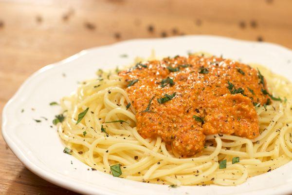 Υπέροχη μακαρονάδα με κόκκινη σάλτσα πιπεριάς Φλωρίνης, ξηρούς καρπούς και γραβιέρα. Όλη η νοστιμιά της Μεσογείου σε ένα πιάτο!