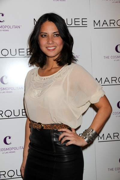 Olivia Munns sexy, shoulder-length hairstyle hair-and-beauty