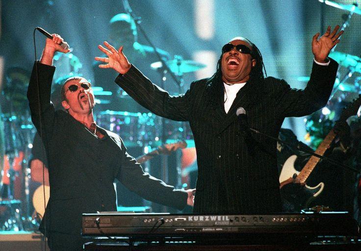 George Michael a collaboré avec les plus grands, comme ici Stevie Wonder, avec qui il interprête «Living for the City», en Californie, en avril 1997.