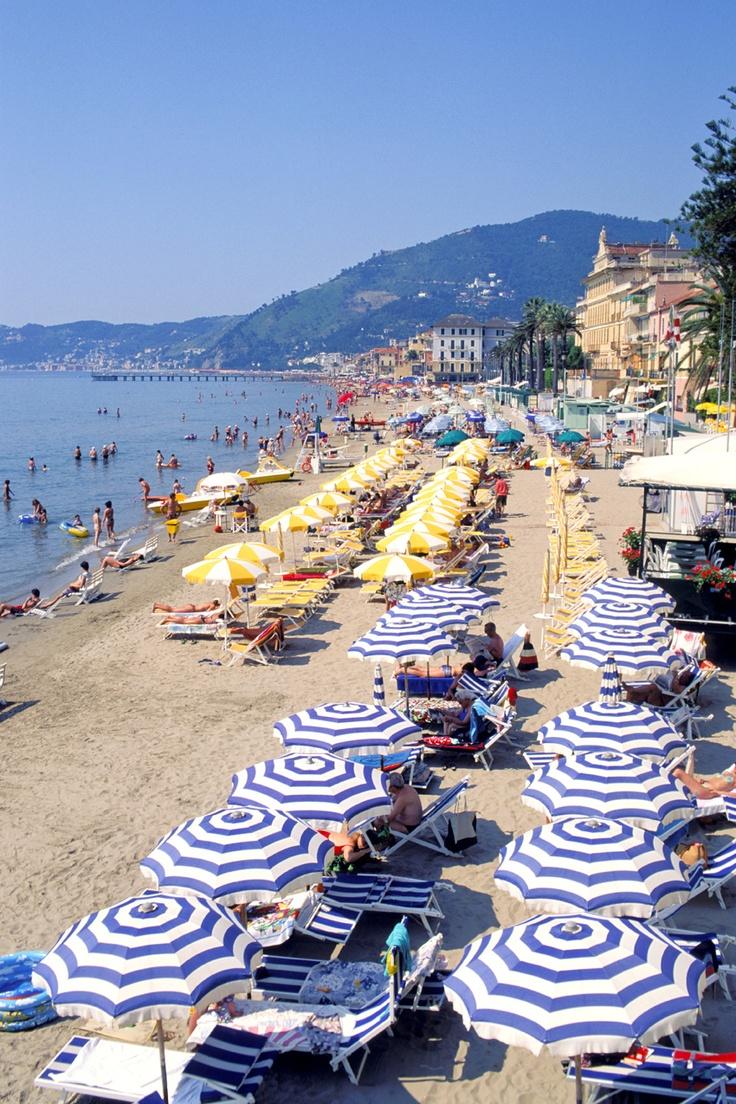 Gli ombrelloni sulle spiagge di Alassio, Savona, Liguria - © Silvio Massolo