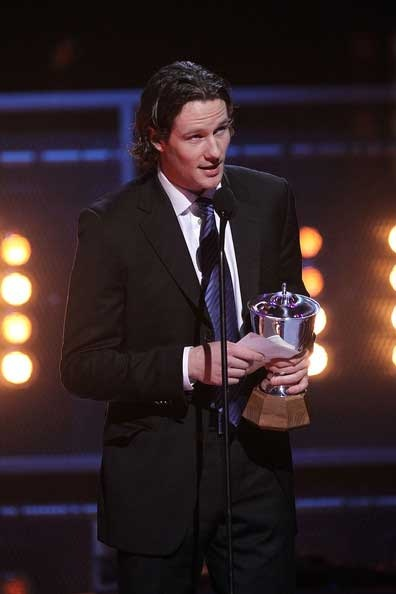 Duncan Keith accepts the Norris Trophy