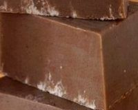 Шоколадная нежность Овсянка и шоколад сделают кожу нежной, а масла ее увлажнят. Таким мылом можно мыться без боязни шелушения. Состав: Один кусок детского мыла без ароматизации (200 г); Овсянка 2 ч.л. (лучше взять молотую); Витамин Е 1 капсула; Шоколад 1-2 кусочка; Молотый кофе половинка ч.л.; Масло какао 1 ч.л.; Коричневый краситель