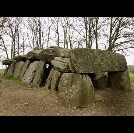 Allée couverte de la Roche-aux-Fées à Essé, en Ile-et-Vilaine. Il s'agit d'un dolmen de type angevin, de la fin du Néolithique.   © H. Paitier, Inrap.