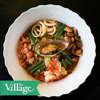 Шеф-повар ресторана корейской кухни «Кореана» Евгений Ким рассказал The Village, как приготовить острый суп тямпон с лапшой и морепродуктами.