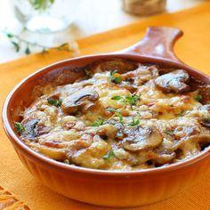 Der saftige Kartoffel Pilz Gratin passt nicht nur perfekt zu Fleisch, sondern ist auch ein solo ein leckeres Hauptgericht.