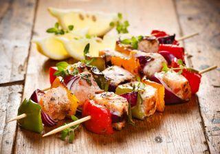 2 versões de salmão para você se deliciar: no espeto e empanado
