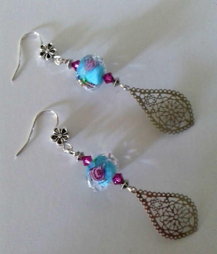 """Boucles d'oreilles pendantes, """"Romance d'été"""", jolie perle boulier facettée lampwork bleue aux inclusions de fleurs roses, : Boucles d'oreille par…"""