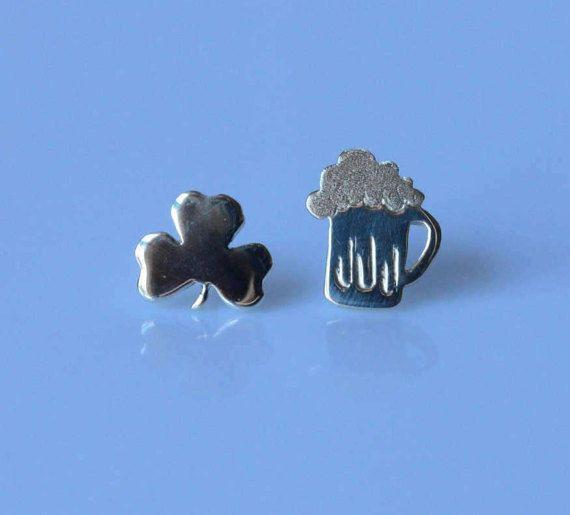 Questi simpatici orecchini a forma di boccale di birra e trifoglio sono in argento 925 e fatti interamente a mano. Ideati per festeggiare il giorno di San Patrizio o semplicemente per gli amanti della birra/ Irlanda.  Adatti da indossare tutti i giorni per la loro piccola dimensione e leggerezza. Ideali per donare allegria a te o come regalo per una a persona cara.  Materiale : Argento 925 Dimensioni boccale: 1,2 x 0,9 cm (0,47x0,35) Dimensione trifoglio : circa 1 x 0,9 cm (0,39x0,35) Ch...