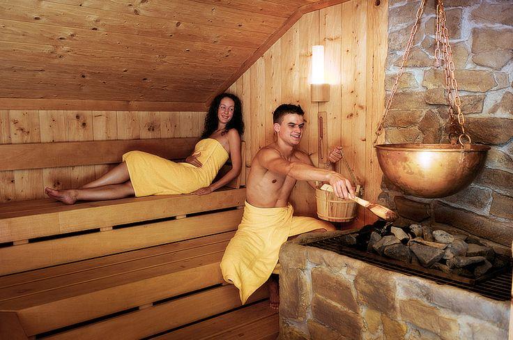 Finnische Sauna (90 °C), Biosauna mit Aroma-und Lichtspiel (60 °C), Entspannungswintergarten, Ritterliches Dampfbad (45 °C), Sonnenwiese, Sonnenterrasse und Duo-Sprudelbad.