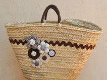Capazo de palma decorado con flores tela y crochet