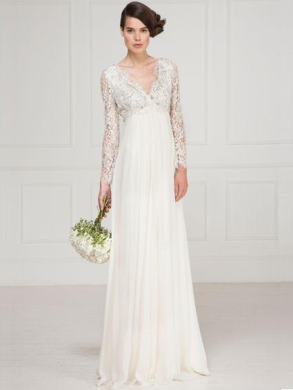 Tradizionalmente vintage, con linea impero, l'abito da sposa che ha maniche e corpetto prezioso, in pizzo laccato e swarovski – via matthewwilliamson.com