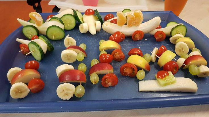 Fruitautootjes met banaan, tomaat, appel en komkommer. Eet smakelijk!