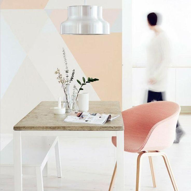 <p>Même si au départ, le rose pâle annonce la douceur et la fraîcheur, il peut se révéler être dynamisant, surtout s'il habille les murs avec des motifs g...