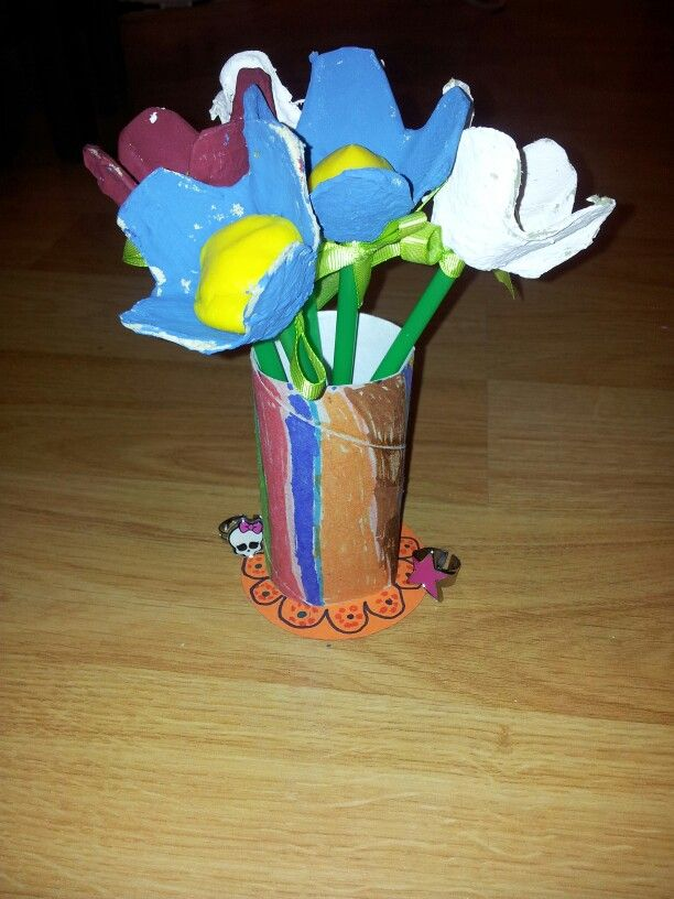 Ideal para pasar las tardes de lluvia. Un rollo del papel higiénico, un cartón de huevos, plastilina, pajitas, cartulina y toda la imaginación que quieras poner. Nosotras  en vez de hojas, hemos puesto lacitos a cada flor.