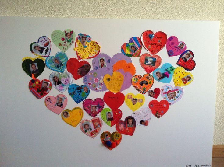 Alle kinderen kregen hetzelfde hartje, de kleur ervan waren verschillend. Ze mochten het versieren met o.a. een foto. Vervolgens hebben we er 1 groot hart van gemaakt.