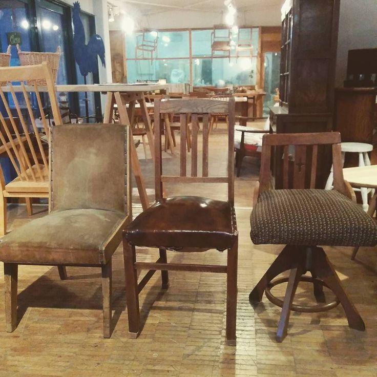 可愛い椅子3脚 どれもかなりの年代モノバネ入り 全部張り替えと組み直し 前にリメイクで張ってた綺麗なブルーの生地で張ります #ヤナギウッドワークス #woodwork #furniturerepair #家具修理 #椅子 #chair #張り替え #vintage #japaneseantique #antique #アンティーク #和家具 #repair de yanagi_woodworks