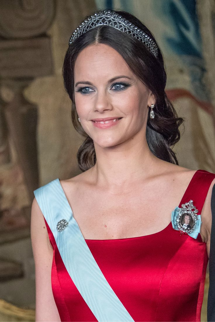 Princess Sofia is looking splendid in the small steel tiara. It sits so well on her head, I do hope she gets to wear this often. Looks like it was made for her.