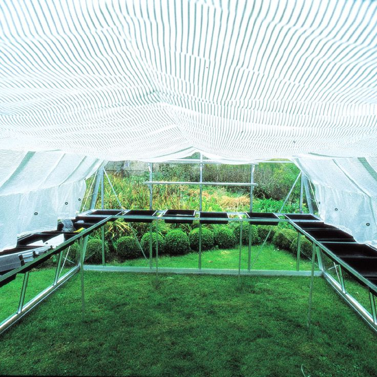 När solen börjar värma riktigt ordentligt på försommaren kan det blir lite väl varmt inne i växthuset. Genom att skugga skyddar man växterna mot för höga temperaturer och brännskador, minskar avdunstningen och hindrar jorden från att torka ut allt för snabbt.