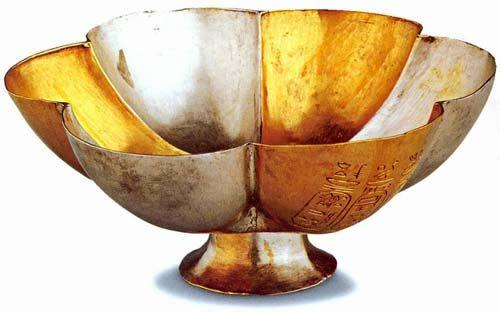 El electrum era una aleación muy utilizada por los antiguos egipcios, compuesta de oro y plata. Es una aleación natural, frecuente en los depósitos aluviales de oro. Según Plinio (XXXIII:23) cuando la aleación tenía menos de un 20% de plata se la denominaba oro, mientras que cuando el contenido era superior se consideraba electrum. Su color es más claro que el oro y se empleó, entre otras cosas para recubrir la parte alta de los obeliscos e incluso parece que algunos fueron recubiertos en…