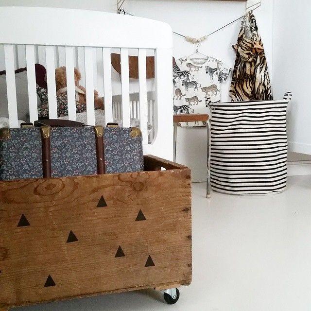 En favorit i Wilhelms rum är den här trälådan. Köpte den på en loppis i närheten och hade egentligen ingen aning vad jag skulle med den till men den fick hjul och dekorplast och får stå för förvaring av leksaker! Snabbt städat när den har hjul och det bara är att ösa i leksakerna!