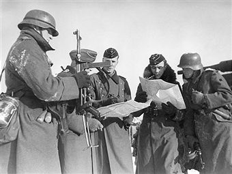 2. WW., eastern front, Soviet union , Theater of war - Army group center: Battle of Moscow Oct.41-Jan.42: in the district of Wolokolamsk / Klin. Briefing between tank and grenadier troop leaders. December 1941 Foto: Arthur Grimm - pin by Paolo Marzioli