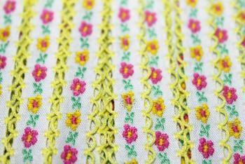 Kesäistä iloisenväristä kukkanauhaa, myyjä Maili http://www.taitomaa.fi/shop/maili