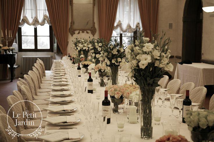Tavolo imperiale, decorato con vasi alti di lisianthus bianchi e vasetti più bassi con rose avalanche.