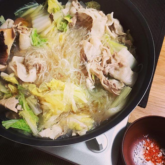中国の郷土料理と言われてるピェンロー鍋。豚肉、鶏肉、白菜、春雨というシンプルな食材に、味付けはなんとごま油だけなのですが、干し椎茸のだしとごま油に食材の旨味が溶け出し、「美味しすぎる!」と話題になっています。本日は、そんなシンプル且つ美味しい「ピェンロー鍋」をご紹介します。