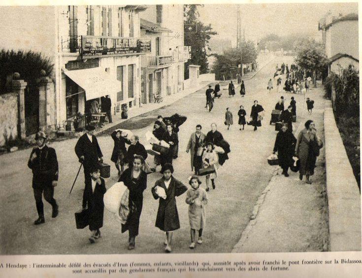 En Hendaya: El interminable desfile de evacuados de Irún (Mujeres, niños, ancianos) que, nada más atravesar el punto fronterizo sobre el Bidasoa, son recibidos por los gendarmes franceses que los conducen hacia los refugios improvisados.