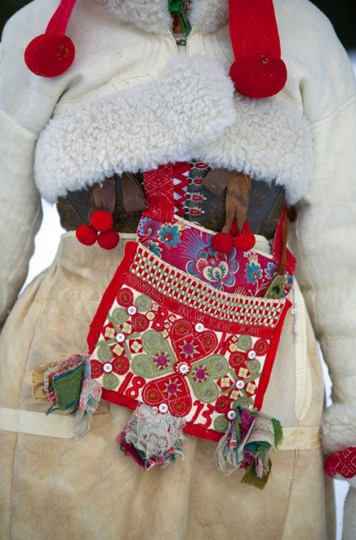 Detalj av en vinterdräkt från Boda, Dalarna.  (Foto Laila Durán)