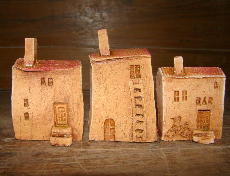 domečky v Nerezine Malé dárečky do dlaně,velikost od jedné až dvou krabiček od sirekVzadu mají výřez na případné zavěšení Jsou modelovány ručně,ze šamotové hlíny,patinovány glazůrou a dvakrát vypálené