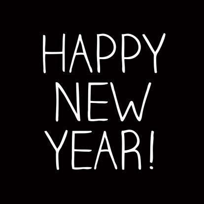Een moderne en stijlvolle nieuwjaarskaart. De kaart heeft een zwarte achtergrond met dunne, witte en handgeschreven letters. Te vinden op: https://www.kaartje2go.nl/nieuwjaarskaarten