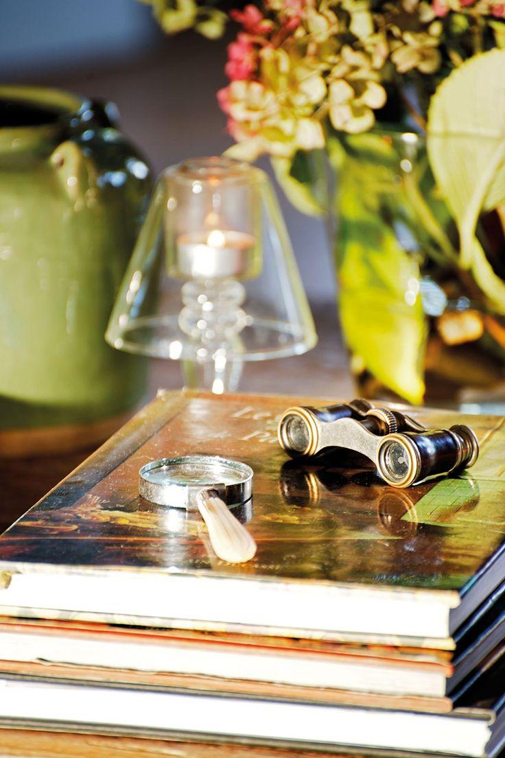 Piezas recuperadas  Lupa comprada en un mercado de Londres y anteojos de herencia. Portavelas de Luzio.