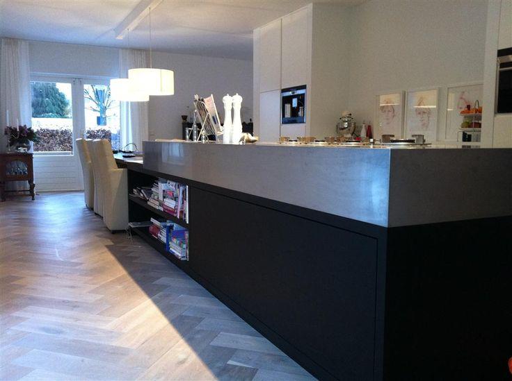 Europees eiken reuze visgraat vloer 150 x 600 mm gerookt + wit met strakke moderne keuken