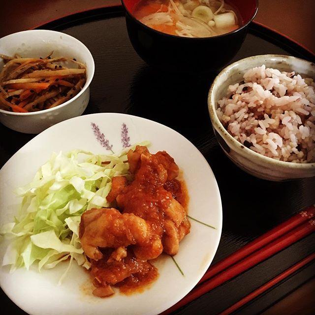 お昼ごはん。 ・ 最近は豚汁だったので、 久しぶりのお味噌汁。 ・ #お昼ごはん#おうちごはん#ランチ#鶏肉#肉#きんぴらごぼう#雑穀米#料理#無添加#健康#cooking#lunch#dish#meal#chicken#meat#tomato#rice#soup#japanese#japanesefood#health#healthyfood