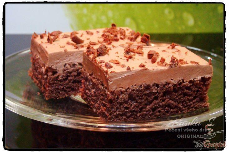 A gyors kefires kocka tejfölös-csokoládés öntettel tényleg egy nagyon gyors és egyszerű sütemény. A tészta hozzávalóit csak elkeverjük (nem tart tovább 5 percnél), megsütjük, és amíg a kefires sütemény készül a sütőben, az olvasztott csokoládét vagy boltban vásárolt csokoládéöntetet elkeverjük a tejföllel. Bevallom, néha a tejfölbe csak kakaót és vaníliacukrot szórok, de így is finom. Pillanatok alatt eltűnik a tepsiről. Ha esetleg egy kis édesebbre is vágyunk, akkor a megsült tésztát bátran…