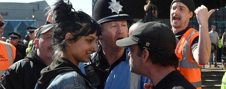 Saffiyah Khan face à Ian Crossland, leader d'extrême droite lors d'une manifestation ce samedi 8 avril à Birmingham.