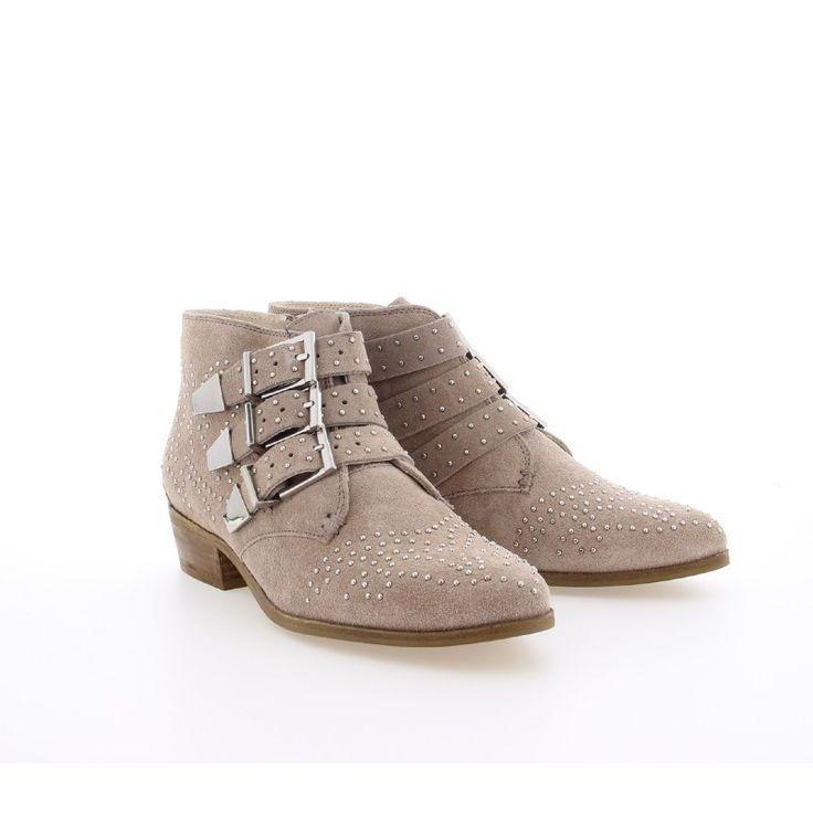 Deze BRONX zachte suède laarzen geven zowel een western als een rock look aan je outfit. Gedecoreerd met zilveren studs en gespen, maken dat deze beige enkellaarsjes alles zijn wat je nodig hebt.