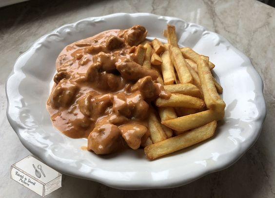 Görög mártásos hús Hozzávalók: 2 egész csirkemell gyros fűszerkeverék kevéske só 1 lila hagyma 1 csapott ek cukor 2-3...