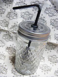 セリアで購入した蓋付き瓶をメイソンジャー風に改造しました。 蓋に穴をあけて、穴の部分にグロメットとゆうゴム製のパーツをはめてストローさして終了~。【乙女雑貨】100均deなんちゃってメイソンジャーの画像(1/2)